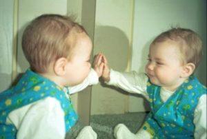 meisje ziet spiegelbeeld