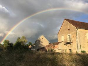 Regenboog over huis
